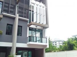 ทาวน์โฮม 3 ชั้นครึ่ง ม.เบล็สทาวน์ (Bless Town Sukhumvit 50) ซ.50 ถ.สุขุมวิท คลองเตย